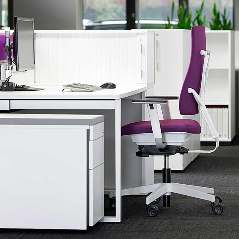 Bureau, fauteuil et cloison de séparation