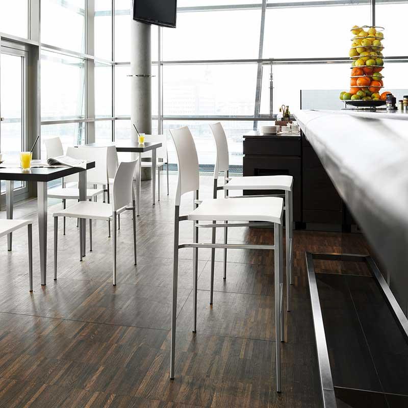 Tabourets, chaises et tables
